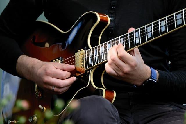 Busca ayuda con un profesor de guitarra